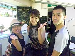 キングレコードの西川さん(右)、ヘアメイクの香椎さんと
